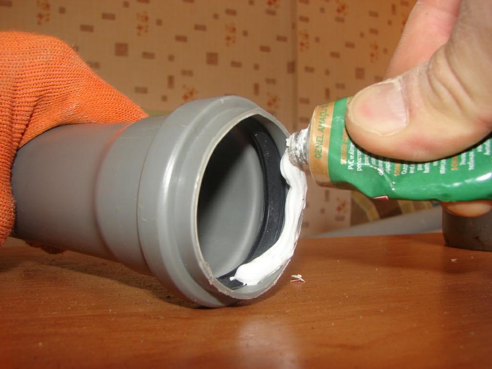 Устранение течи в канализационных пластиковых трубах