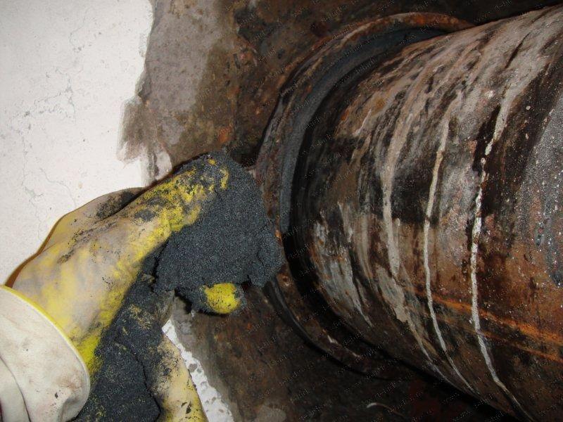 Устранение течи в канализационных чугунных трубах
