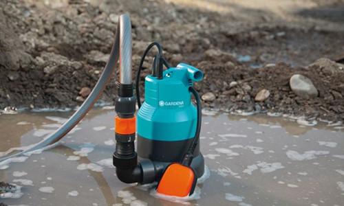 насос откаивает грязную воду