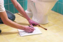 Как правильно установить унитаз на плитку своими руками